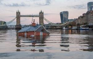 ენთუზიასტებმა ლონდონის ტემზაზე მცურავი სახლი გაუშვეს, რომ კლიმატის ცვლილებების მიმართ ხალხის ყურადღება მიეპყროთ