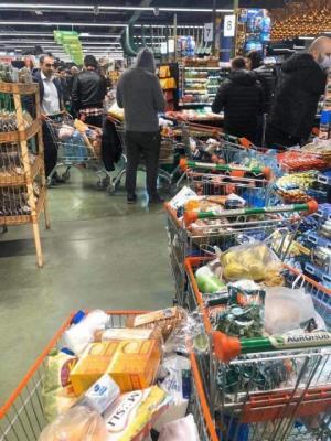 კორონავირუსის გამო ხალხი უკვე პანიკაშია, ადამიანები საკვებს იმარაგებენ