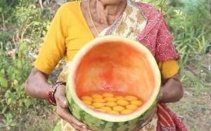 ბებიამ 50 კვერცხი საზამთროში ჩატეხა და გამოაცხო: ასე ამზადებენ ინდოეთში