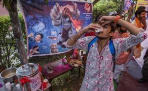 ასობით ინდოელმა კორონავირუსისგან დასაცავად ძროხის შარდი დალია