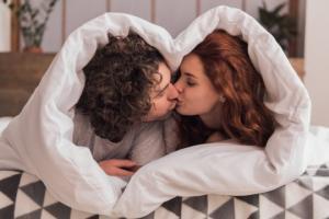 სექსისა და კოცნისგან მიღებული 10 სარგებელი