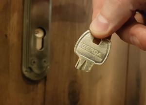 როგორ ამოვიღოთ ჩატეხილი გასაღები კარიდან