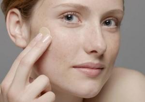 პომიდორი, თაფლი და შვრია სიბერით ან მზის სხივით გამოწვეული კანის არათანაბარი ფერის მოსაშორებლად