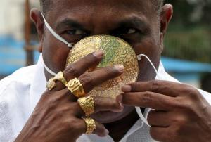ბიზნესმენმა კორონავირუსისგან დასაცავად ოქროს ნიღაბი დაამზადებინა
