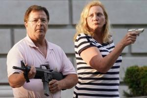 ვიდეო: ამერიკელი ადოვკატების  წყვილი იარაღით იცავს სახლს პროტესტანტებისგან