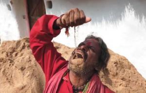 ინდოელი მამაკაცი დღეში რამდენიმე კილოგრამ მიწას ჭამს