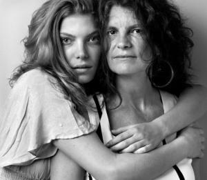 ფოტოგრაფი მოდელებს და მათ დედებს უღებს ფოტოებს