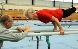 95 წლის გიმნასტი ქალის ვარჯიშები, რომელსაც ბევრი ახალგაზრდა ვერ გაიმეორებს