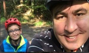 """სააკაშვილის ვაჟმა ვიდეოკლიპი """"აკაკუნებს კორონა"""" გადაიღო, სადაც რეპავს (ვიდეო)"""