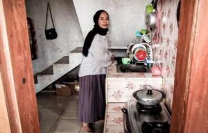 ქალი ყიდის სახლს,თუმცა იმ პირობით,რომ მყიდველი ცოლად მოიყვანს