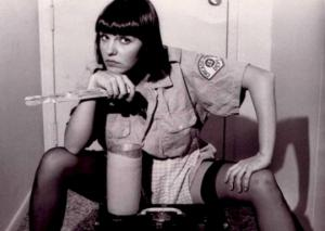 ქალი რომელიც ცნობილი როკ-მუსიკოსების პენისების ასლს თაბაშირისგან ამზადებდა