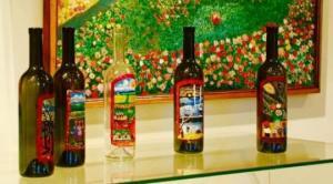 კახური ტრადიციული მარანი და თვითნასწავლი მხატვრის მიერ შემკული ღვინის ბოთლები
