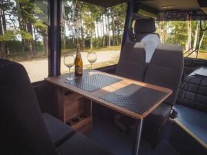 """მოხერხებულმა მამაკაცმა რუსული წარმოების ავტობუსი """"ПАЗ"""" ლამის ზღაპრულ საცხოვრებელ სახლად აქცია"""