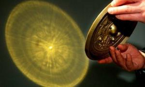 ჯადოსნური სარკე- -  უძველესი არტეფაქტი, რომლის ახსნა თანამედროვე მეცნიერებას არ შეუძლია