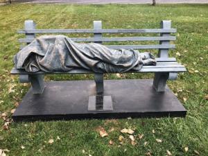 ამერიკაში კაცს ძეგლი  უსახლკარო ადამიანი ეგონა და პოლიციას გამოუძახა