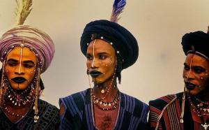 ერთ-ერთი აფრიკული ტომის მამაკაცები, რომლებიც მაკიაჟით და ვარცხნილობით მოსამართლე ქალებს თავს აწონებენ