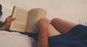 მეცნიერებმა დაამტკიცეს: ადამიანები, რომლებიც წიგნებს კითხულობენ იდეალური სიყვარული შეუძლიათ!