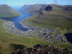 ეს არის პატარა მეთევზეთა სოფელი კლაკსვიკი (Klaksvík), ფარერების ერთ-ერთ ჩრდილოეთ კუნძულოვან კლდეზე.