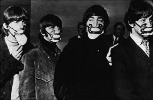 """ლეგენდარული ანსამბლ """"ბითლზის"""" წევრები 1965 წელს, მაშინ კორონავირუსი არ იყო, მაგრამ იყო უსაშინლესი საფრთხე რის გამოც ჯგუფი დამცავ პირბადეს ატარებდა"""