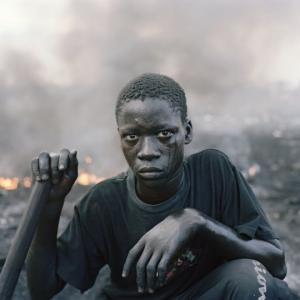 პიტერ ჰუგოს ძლიერი ფოტოები აჩვენებს რუანდაში, ნიგერიაში, განასა და სამხრეთ აფრიკაში მარგინალური თემების რეალობას
