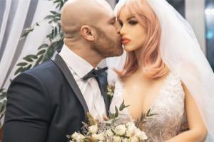 ცნობილმა ყაზახმა ბოდიბილდერმა სექს-თოჯინაზე იქორწინა