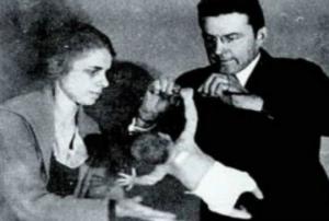 ფსიქოლოგი თავის საყვარელთან ერთად აწამებდა პატარა ბავშვს თავისი თეორიის დასამტკიცებლად