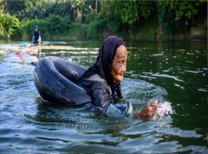 სულავესელი 80 წლის ქალები სასმელი წყლის მოსაპოვებლად 3 კმ-ზე ცურავენ