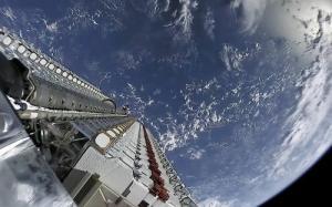 საერთაშორისო კოსმოსური სადგურიდან პირდაპირი ტრანსლიაციის კადრში ორი იდუმალი უცხო ობიექტი მოხვდა