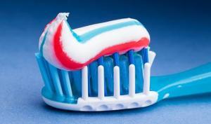 ვამსხვრევთ მითებს კბილის პასტების შესახებ.  5 პროდუქტი, რომელიც კბილებს ყველაზე მეტად ვნებს