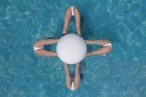 ინგლისელი აეროფოტოგრაფის მიერ ზედხედით გადაღებული სინქრონული ცურვის გუნდის გოგონები