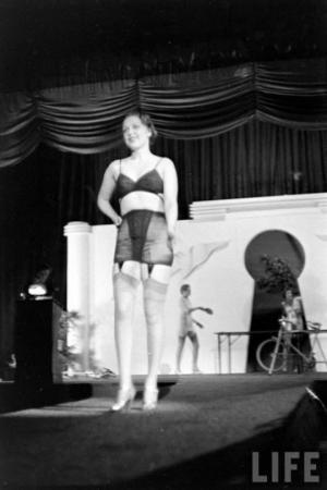 ნახეთ, როგორ იმართებოდა ქალების საცვლების და კორსეტების ჩვენება 40-იან წლებში
