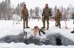 ბრიტანელი კომანდოსების მმომზადება გადარჩენისათვის ნორვეგიის ტყეებში, ძალიან ცუდ კლიმატურ პირობებში
