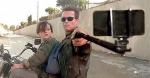 რა მოხდება, თუ ცნობილ ფილმებში იარაღს სელფის ჯოხებით შევცვლით