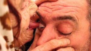 80 წლის მოხუცი, რომელიც თვალის კაკლების ლოკვით კურნავს