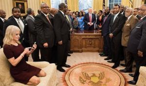 """პრეზიდენტ ტრამპის მრჩეველი ქალის ჯდომის მანერამ ოვალურ დარბაზში ინტერნეტი """"ააფეთქა"""""""