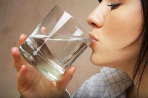 აი, რატომ არის სასიცოცხლოდ მნიშვნელოვანი უზმოზე წყლის დალევა!