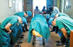 ექიმებმა ბიჭუნას ცხედართან პატივისცემის ნიშნად თავი დახარეს.