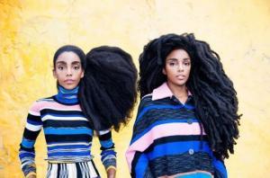 ტყუპი დები საოცარი თმებით