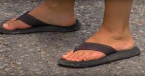 """ე.წ. """"შლოპანცები"""" ყველაზე საშიშ ფეხსაცმელად დაასახელეს"""