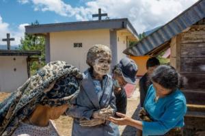 """""""მანენეს""""  ფესტივალი ინდონეზიაში, რა დროსაც თორაჯის ტომის წევრები  მიცვალებულებს ამოასვენებენ საფლავებიდან რათა ახალ ტანსაცმელში გამოაწყონ"""