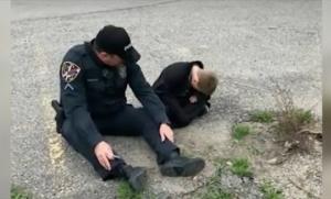 აუტიზმით დაავადებული ბავშვი და პოლიციელი - ფოტო, რომელმაც ინტერნეტი დაიპყრო!