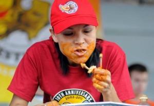 """სონია ტომასი ჩემპიონი """"ღორმუცელობაში"""", 45 კილოიანმა ქალმა ჯეელი კონკურენტები დაჯაბნა სწრაფ ჭამაში"""