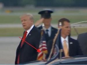 ტრაპიდან ჩამოსულმა პრეზიდენტმა ტრამპმა თავის უზარმაზარი ლიმუზინი ვერ დაინახა და ძებნა დაუწყო(ვიდეო)