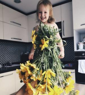 3 წლის გოგონას დედამ მცენარეები ჩააცვა (საყვარელი სურათები)