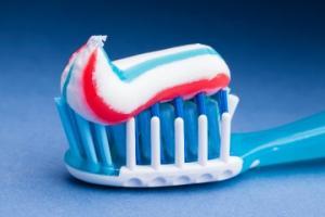 კბილის საცხის 17  უჩვეულო გამოყენება (ხრიკები, რომელიც ყველამ უნდა იცოდეს)