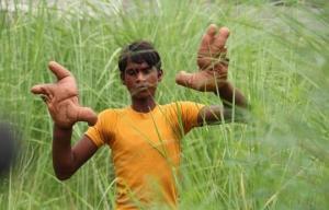 ეშმაკისაგან დაწყევლილი? 12 წლის ინდოელი ბიჭი მონსტრის ხელებით იტანჯება