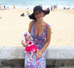 43 წლის ავსტრალიელმა ქალმა უშვილო დედებისთვის თოჯინა შექმნა