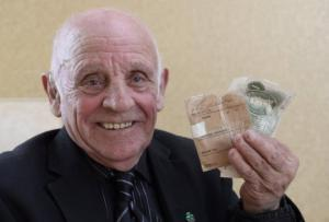 შვილმა პირველი ხელფასი,რომელიც დედას ჩააბარა,62 წლის შემდეგ იპოვა