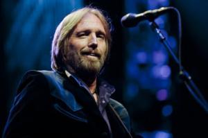 რატომ უმღერა ათი ათასობით ადამიანმა ტომ პეტს საპატივცემულოდ?