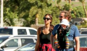 ირინა შეიკი და ბრედლი კუპერი შვილთან ერთად ლოს-ანჯელესში